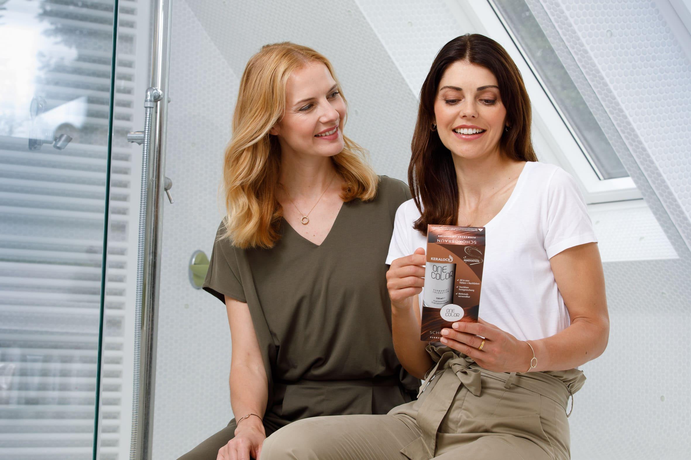 Zwei Frauen lesen ONE COLOR Produktbeschreibung