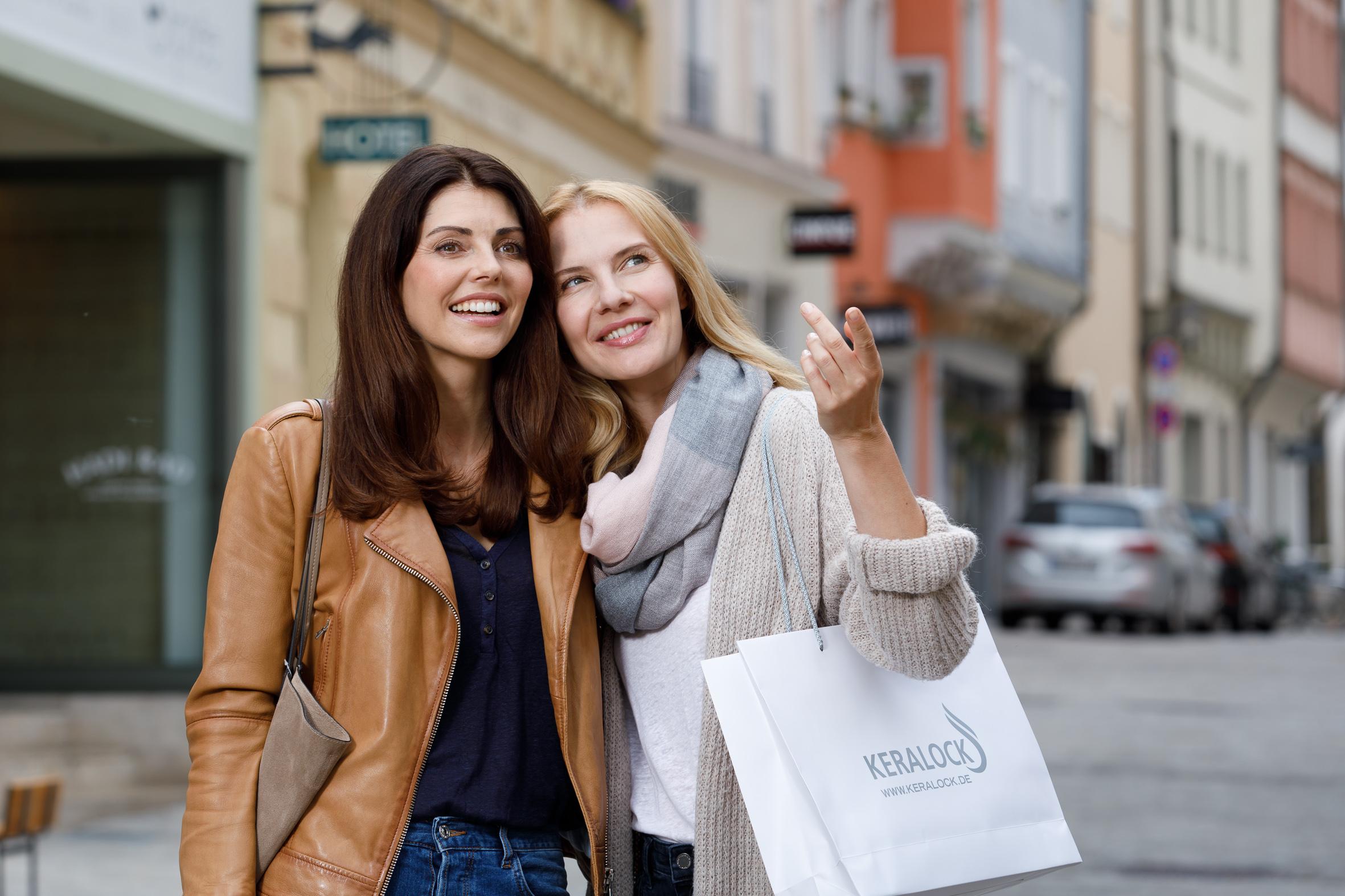 Zwei Frauen shoppen mit KERALOCK-Tasche